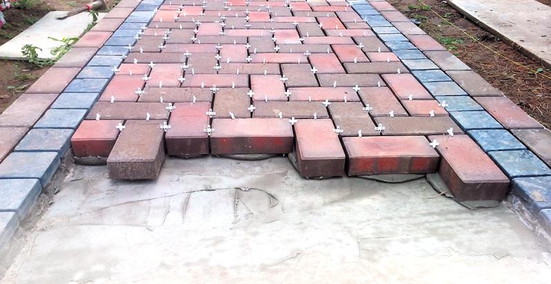 Почему не рекомендуется приклеивать брусчатку к бетону плиточным клеем?
