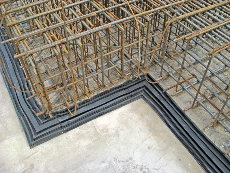 Устройство швов бетонирования с целевым направленным ослаблением сечения